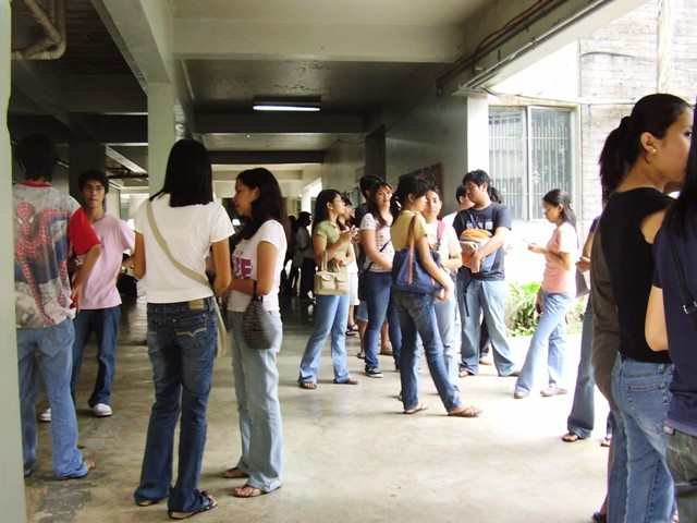 Students waiting for thier crushes to come out from classes (image from whatsuplosbanos)